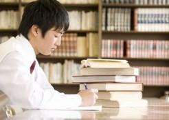 勉強に集中する子供